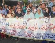 لاہور: فلم انڈسٹری سے وابسطہ لوگ اپنے مطالبات کے حق میں پریس کلب کے ..