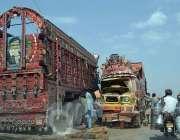 سرگودھا: فیصل آباد روڈ پر بس اور ٹرک کے تصادم کے بعد متاثرہ ٹرک سڑک پر ..