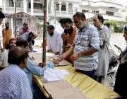 کراچی: عام انتخابات 2018  کراچی کے علاقے گلشن اقابل میں شہری اپنا ووٹ ..