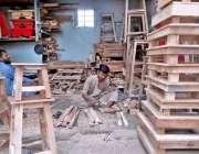 کراچی: کارپینٹر اپنے ورکشاپ میں سٹول تیار کر رہا ہے۔