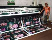 سیالکوٹ: پرنٹنگ پریس میں مختلف سیاسی جماعتوں کے پوسٹر چھاپے جا رہے ..