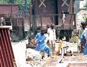 لاہور: ریلوے کے ملازمین لال پل پر ٹریک کی مرمت میں مصروف ہیں۔