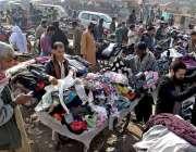راولپنڈی: شہریوں کی بڑی تعداد گرم کپڑے خریدنے میں مصروف ہے۔