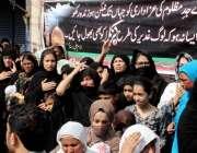 پشاور: نویں محرم الحرام کے موقع پر امام بارگاہ حسینیہ حال کے باہر خواتین ..