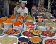 لاہور: دکاندار فروخت کے لیے خشک مصالہ جات سجا رہا ہے۔