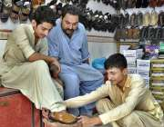 حیدر آباد: شہری دکان سے جوتے پسند کررہا ہے۔