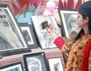 لاہور: شیخ زید میڈیکل اینڈ ڈینٹل کالج میں فیسٹیول کے موقع پر ایک طالبہ ..