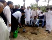 کراچی: ایم ڈی واٹر بورڈ خالد محمود شیخ واٹر بورڈ کے دفتر میں پودا لگا ..