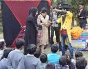 لاہور: پریس کلب میں کڈز میلے کے موقع پر بچے میجک شو دیکھ رہے ہیں۔