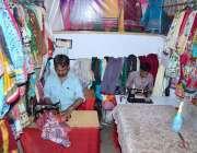 حیدر آباد: عیدالفطر کے موقع پر درزی کپڑے سلائی کر رہا ہے۔