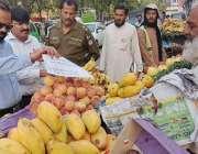 لاہور:چیئرمین پرائس کنٹرول کمیٹی میاں عثمان گارڈن ٹاؤن کی اوپن مارکیٹوں ..
