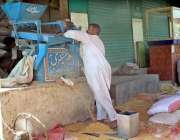 فیصل آباد: محنت کش گندم کی صفائی میں مصروف ہے۔