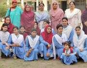 لاہور: گورنمنٹ فاطمہ گرلز ہائی سکول مزنگ میں طالبات کا میڈم اور اساتذہ ..