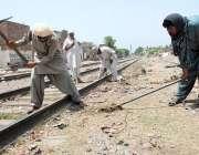 ملتان: ریلوے اہلکار ٹریک کی مرمت میں مصروف ہیں۔