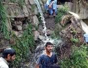 اسلام آباد: نوجوان گرمی کی شدت سے بچنے کے لیے پائپ سے نکلنے والے پانی ..