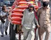راولپنڈی: سخت دھوپ اور گرمی میں مزدور ہتھ ریڑھے پربھاری سامان لادھے ..