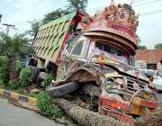 فیصل آباد: اوور سپیڈنگ کے باعث حادثے کا شکار ہونے والا ٹریک گرین بیلٹ ..