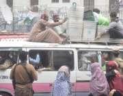 لاہور: پاک فوج کی نگرانی میں پریزائیڈنگ آفیسرز پولنگ کا سامان ویگن ..
