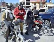 کوئٹہ: ٹریفک پولیس اہلکار بغیر ہیلمٹ موٹر سائیکل سوار کا چالان کاٹ ..