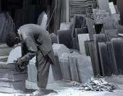 راولپنڈی: مزدور قبرستان میں استعمال کے لیے ماربل تیار کررہا ہے۔