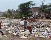 سرگودھا: خانہ بدوش نوجوان کچرے کے ڈھیر سے کارآمد اشیاء تلاش کر رہے ہیں۔