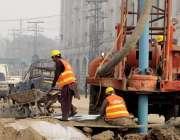 لاہور: جی پی او چوک میں مزدور اورنج ٹرین منصوبے کے کام میں مصروف ہیں۔