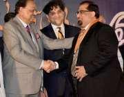 کراچی: صدر مملکت ممنون حسین جے بی سعید سٹوڈیو کے چیف ایگزیکٹو ندیم اے ..