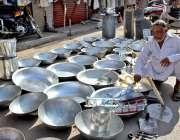 سرگودھا: دکاندار گھریلو استعمال کے اشیاء سجائے گاہکوں کامنتظر ہے۔