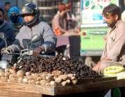 راولپنڈی: ریڑھی بان سنگھاڑے اور شکرقندی فروخت کررہا ہے۔