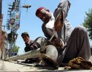 پشاور: محنت کش ٹیوب ویل مرمت کرنے میں مصروف ہے۔