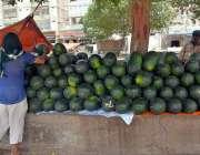 حیدر آباد: دکاندار سڑک کنارے تربوز کا سٹال لگائے گاہکوں کا منتظر ہے۔