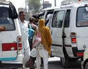 راولپنڈی: عید اپنے پیاروں کے ساتھ منانے کے لیے مسافر فیض آباد اڈے میں ..