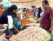 راولپنڈی: شہری سستا رمضان بازار سے سبزیاں اور فروٹ خرید رہے ہیں۔