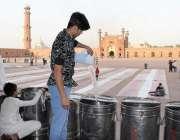 لاہور: تاریخی بادشاہی مسجد میں افطاری کے لیے تیاریاں کی جا رہی ہیں۔