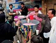 راولپنڈی: عاشورہ کے مرکزی جلوس میں عزادار سبیل سے مشروب پی رہے ہیں۔
