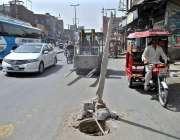 فیصل آباد: سرگودھا روڈ کے درمیان کھلا مین ہول کسی حادثے کا سبب بن سکتا ..