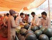 لاہور: سستے رمضان بازار سے شہری پھل خرید رہے ہیں۔