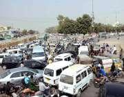 کراچی: نمائش چورنگی پر شدید ٹریفک جام کا منظر۔