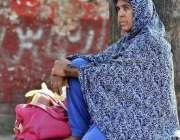 اسلام آباد: خاتون سٹاپ پر بیٹھی پبلک ٹرانسپورٹ کا انتظار کر رہی ہے۔