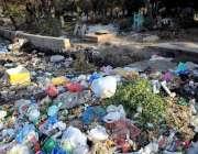 اسلام آباد: ترلائی روڈ پر قبرستان کے باہر پڑا کورا کرکٹ متعلقہ انتظامیہ ..