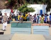 اٹک: ایم سی بوائز ہائی سکول اٹک میں سالانہ نتائج کے موقع پر بچے جمناسٹک ..