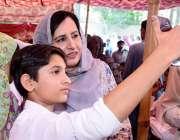 لاہور: گورنر پنجاب چوہدری محمد سرور کی اہلیہ بیگم پروین کے ہمراہ نجی ..
