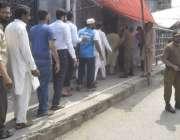 لاہور: داتا دربار مسجد میں نماز جمعہ کی ادائیگی کے لیے آنیوالے شہری ..