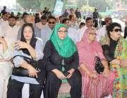 لاہور: یوم دفاع پاکستان کے حوالے سے ٹاؤن ہال میں منعقدہ تقریب میں خواتین ..