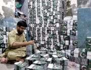 راولپنڈی:14اگست کی تیاریوں کے حوالے سے پرنٹنگ پریس میں قومی پرچم والی ..