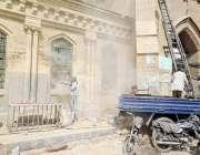 کراچی: ایمپرس مارکیٹ کے سامنے ملبہ اٹھائے جانے کے بعد عمارت کی سینڈ ..