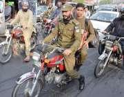 لاہور: موٹر سائیکل سوار پولیس اہلکار بغیر ہیلمٹ سفر کررہے ہیں۔