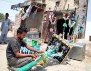حیدر آباد: شہری محرم الحرام کے پیش نظر علم تیار کر رہا ہے۔