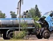 اسلام آباد: وفاقی دارالحکومت میں واٹر ٹینکر میں پانی بھرا جا رہا ہے ..