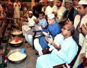 ملتان: وفاقی وزیر خارجہ مخدوم شاہ محمود قریشی حضرت بہاؤلدین زکریا کے ..